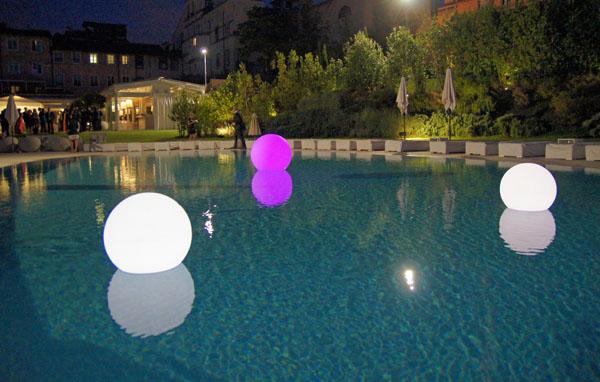 Sfera luminosa led multicolor diam 30 cm piscina - Sfere illuminazione giardino ...